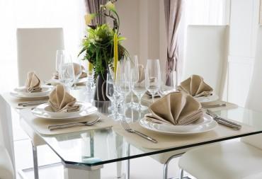 Tavolo in cristallo per la sala da pranzo: idee raffinate ed eleganti