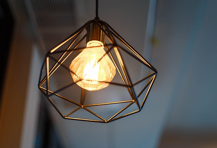 Le lampade appese hanno messo a fuoco sulla lampadina nella stanza