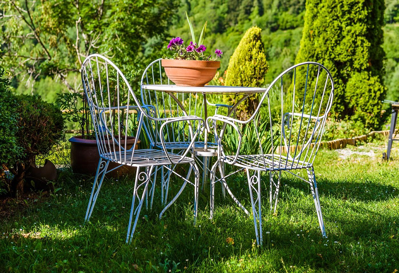 Tavolo In Ferro Battuto Da Esterno : Consigli per arredare il giardino in stile shabby chic con mobili