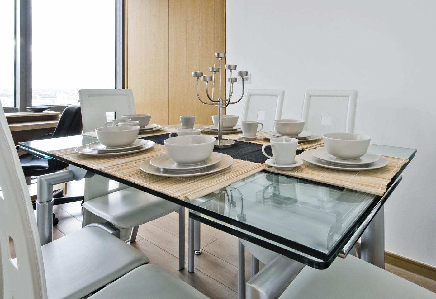 Tavolo in cristallo per la sala da pranzo idee raffinate ed eleganti - Tavolo pranzo cristallo ...