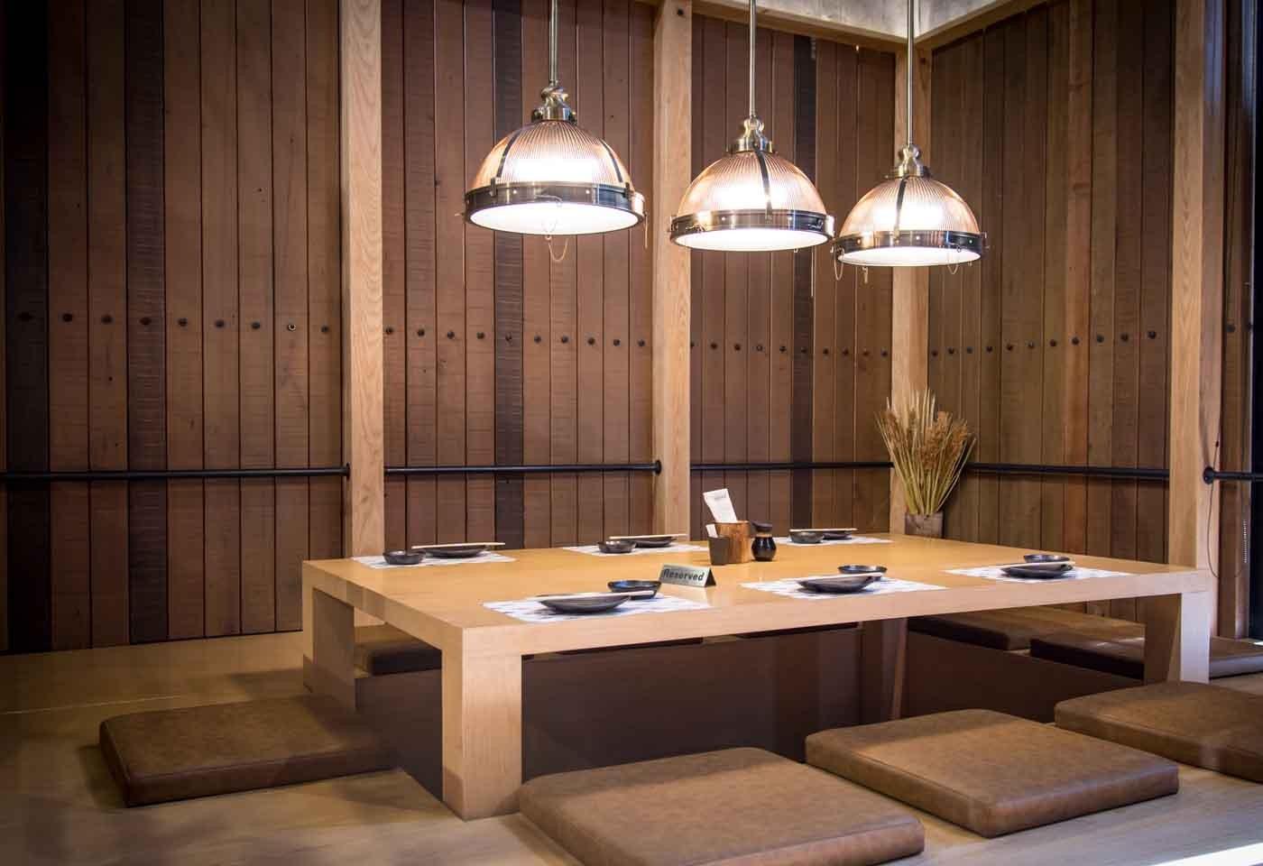 Mangiare Seduti A Un Tavolo Oppure Seduti Per Terra  2021