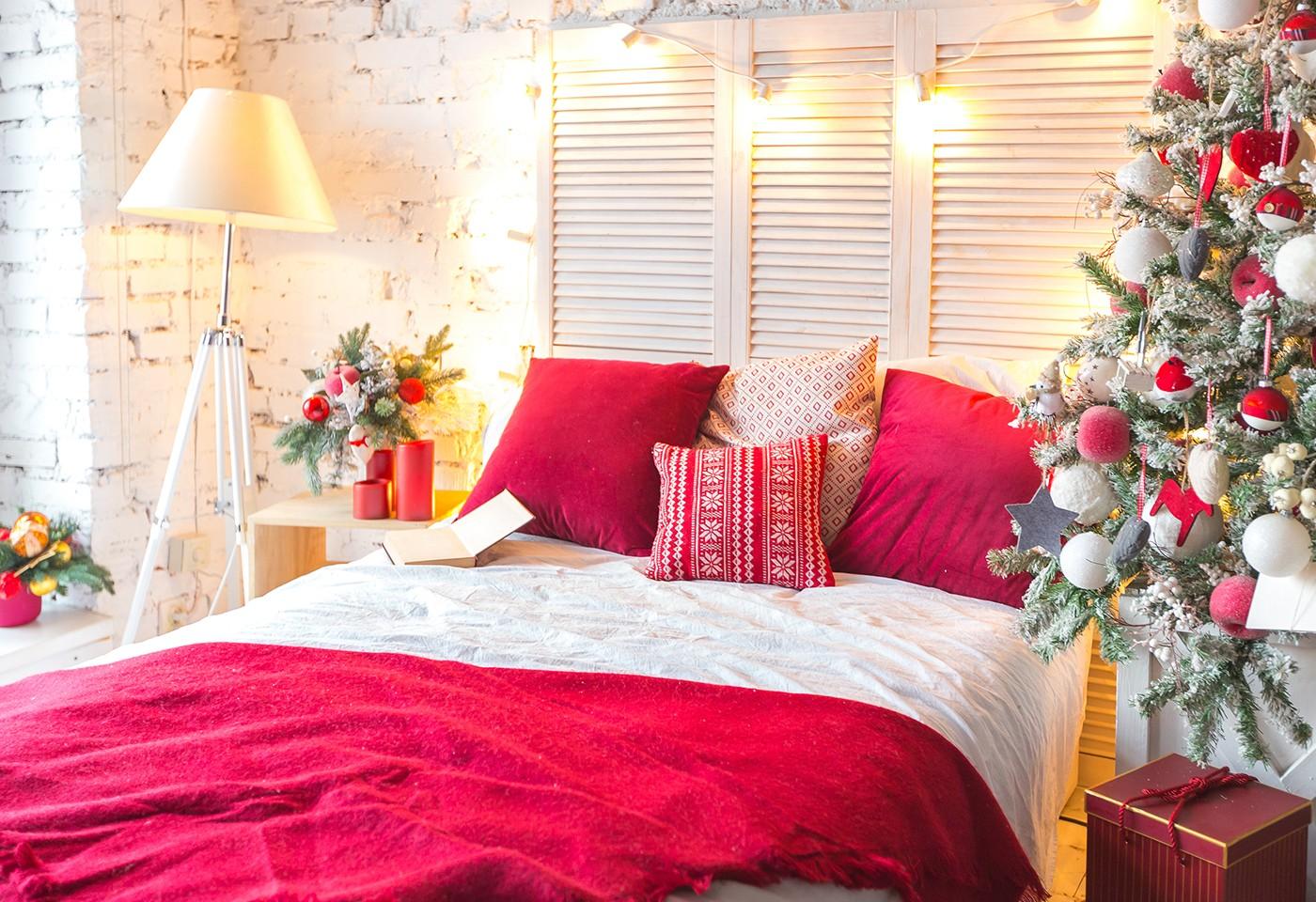 Decorazioni Natalizie Per La Camera il natale in casa: arredi e divano rosso per vivere la magia